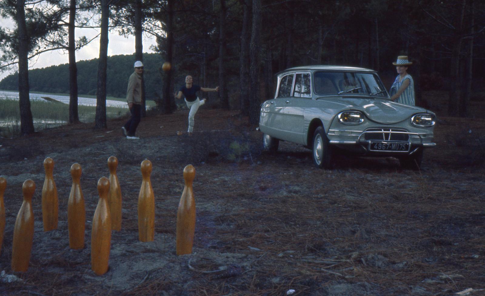 AMI 6 Berline 1964 et jeu de quilles