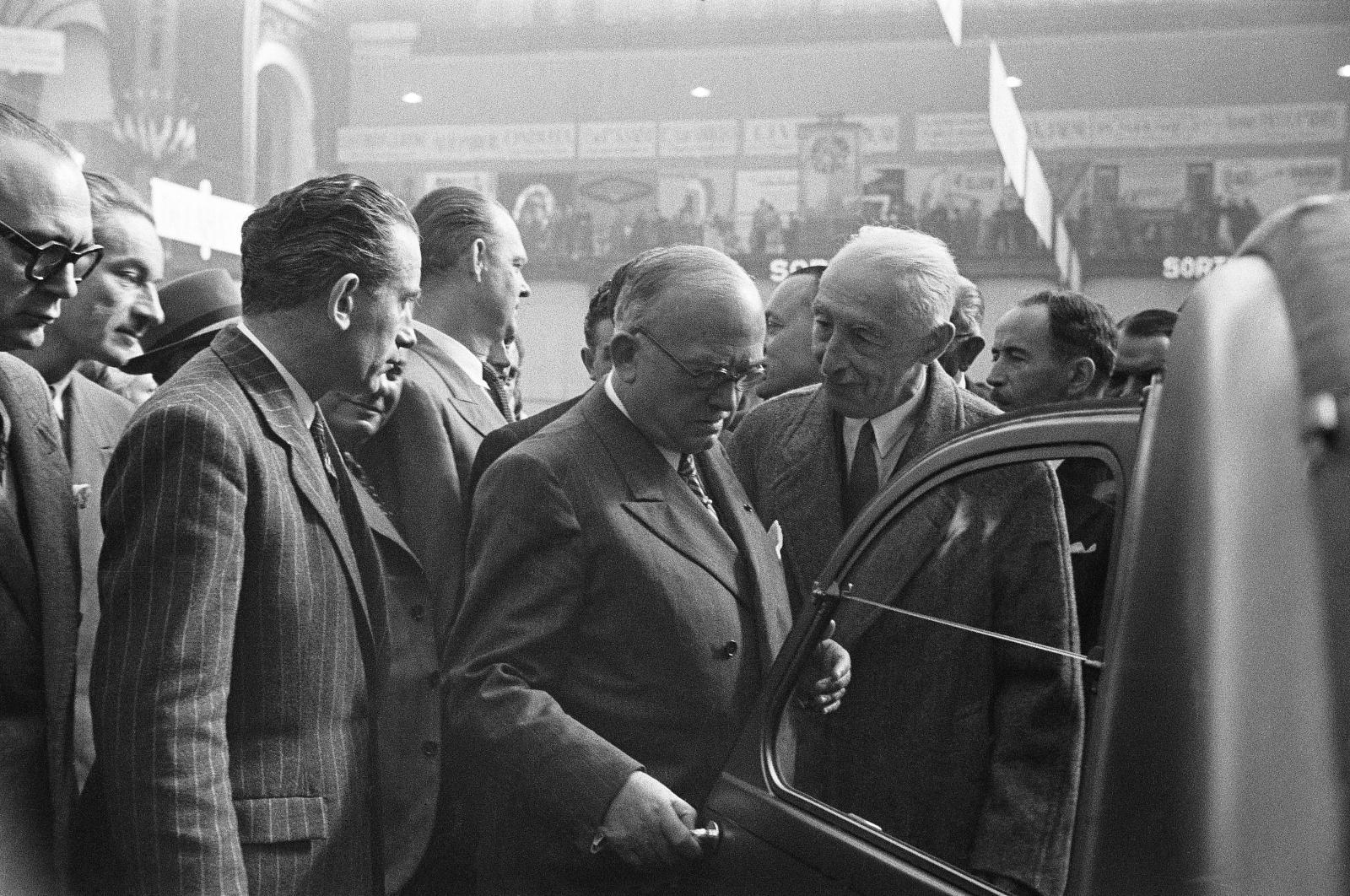 Salon 1948 Pierre Boulanger présente la 2CV